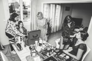 Photo de la pièce où la mariée et ses proches se font coiffer et maquiller. La bonne ambiance règne