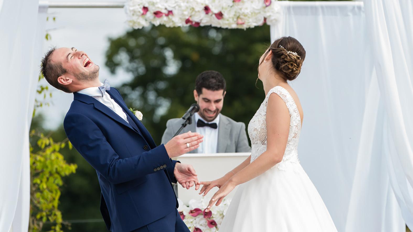 Photographie de mariage. Le marié ris aux éclats face au discours de son meilleur ami