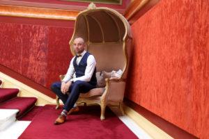 La marié est assis dans un décor rouge du Château de Bézyl