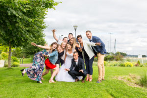 Photo de groupe, les mariés sont au centre et la bonne humeur est au rendez-vous