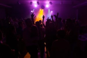 Photo colorée par les lumières de soirée dansante