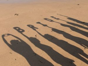 """Photos d'ombres portées sur le sol représentant le mot """"bride"""""""