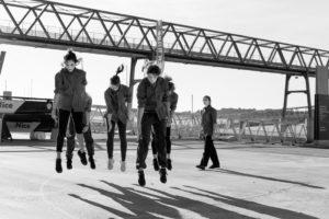 Photos de tout un groupe de danseurs au moment où ils sont en suspend dans l'air