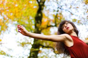 Photo d'un mouvement gracieux d'une danseuse en pleine nature