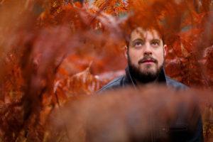 Portrait en couleur d'un homme au milieu des fougères séchées
