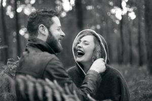 Pour rie en amoureux sur une photo noir et blanc