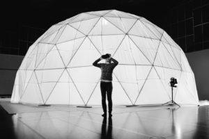 Un chorégraphe guide ses danseurs à distance grâce à un casque virtuel