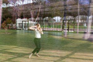Mouvement d'une danseuse pris à travers une vitre. la photo mélange donc l'extérieur et l'intérieur comme une double exposition