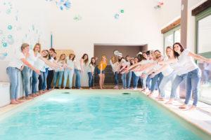 photo d'un groupe de femmes réunies autour d'une piscine