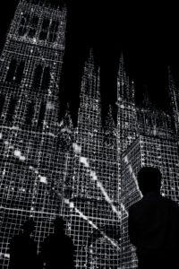 Cathédrale de Rouen lors des illuminations qui donne l'impression que cette dernière est déssinée
