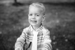 Photo en noir et blanc d'un petit garçon aux yeux clairs