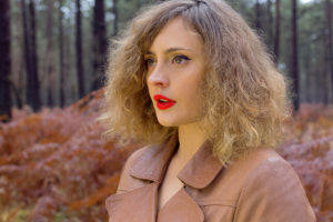 Portrait d'une femme aux tons rouges réalisé en automne